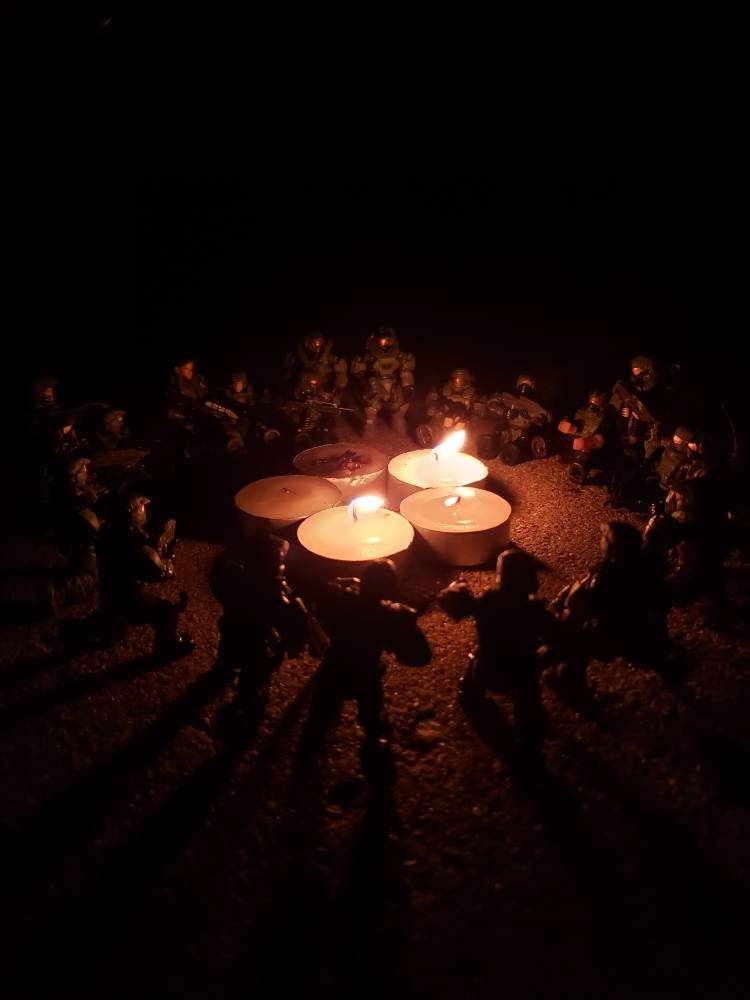 Image of: Unsc marines and spartans have a bonfire