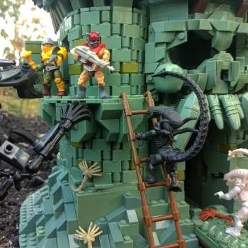 An ALIEN threat arrives to Castle Grayskull